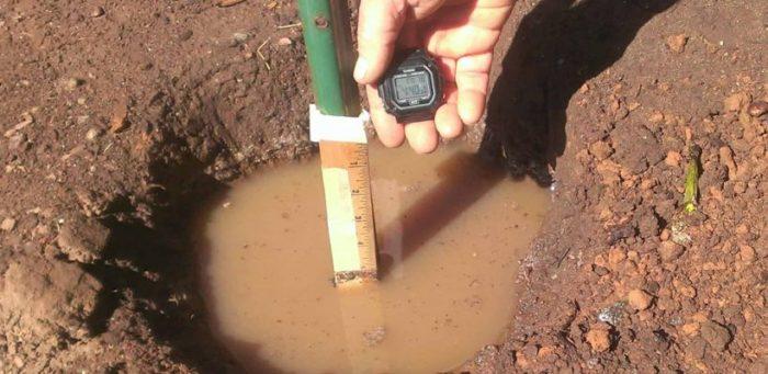 Kiểm tra khả năng thoát nước của đất là một trong những kiểm tra quan trọng để đánh giá chất lượng đất