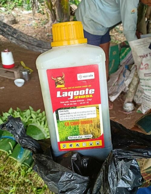 Thuốc diệt cỏ có hoạt chất cấm paraquat được nông dân sử dụng