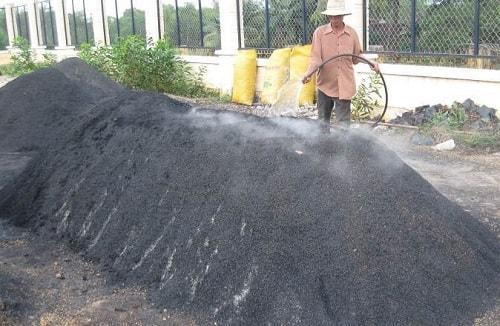 sử dụng tro để nâng độ pH đất