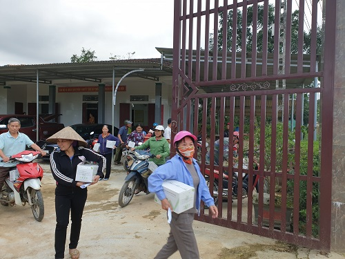 Bà con xã Hương Thủy cùng mang quà về